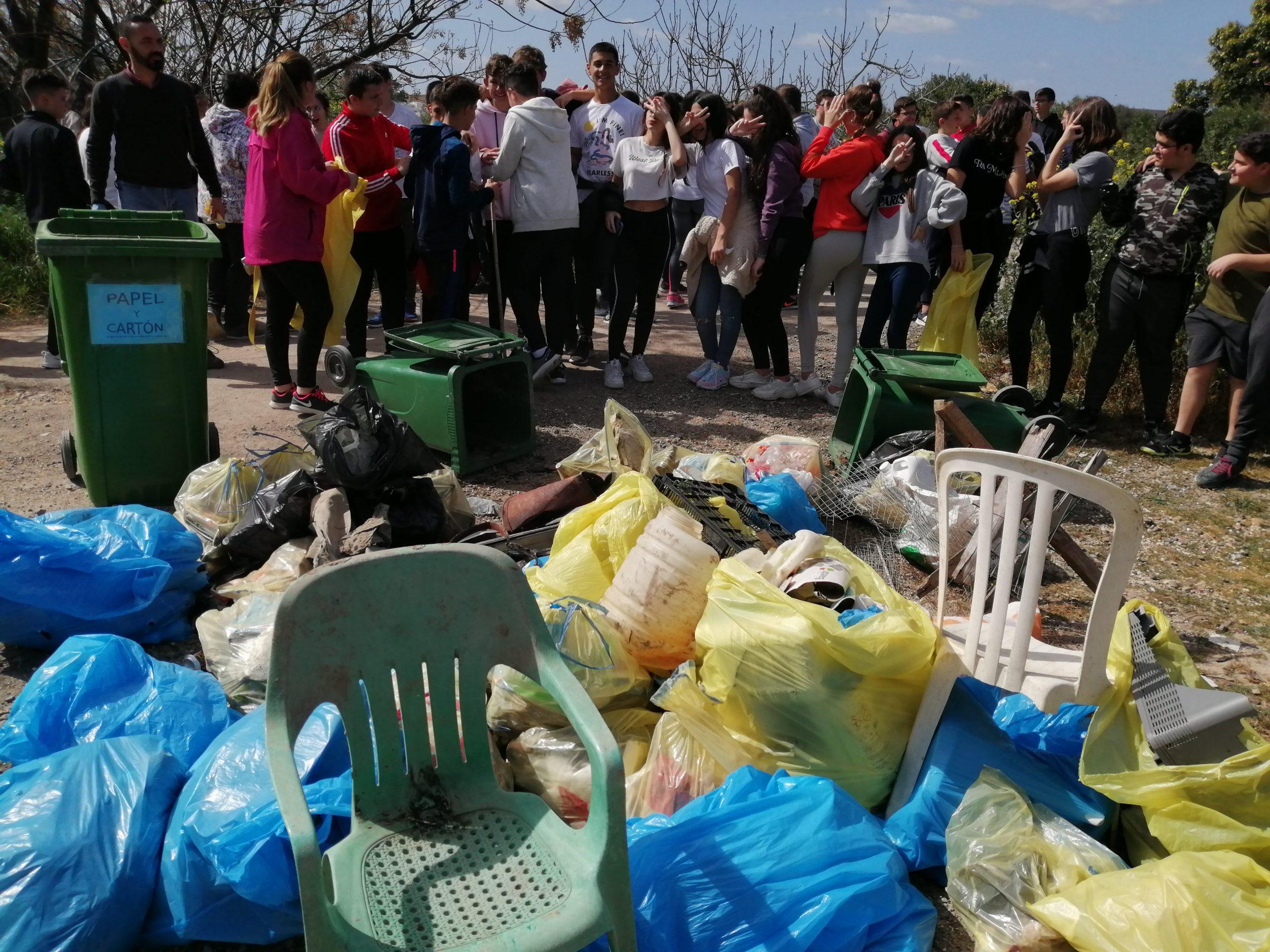 Nuestro alumnado participa en «Basuraleza», iniciativa para concienciar sobre la necesidad de mantener limpia nuestra localidad
